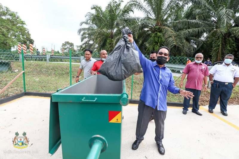 handover of garbage bins to Kampung Ulu Chemor
