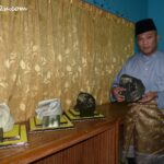 Ku Kashah shows the right way to hold the tengkolok