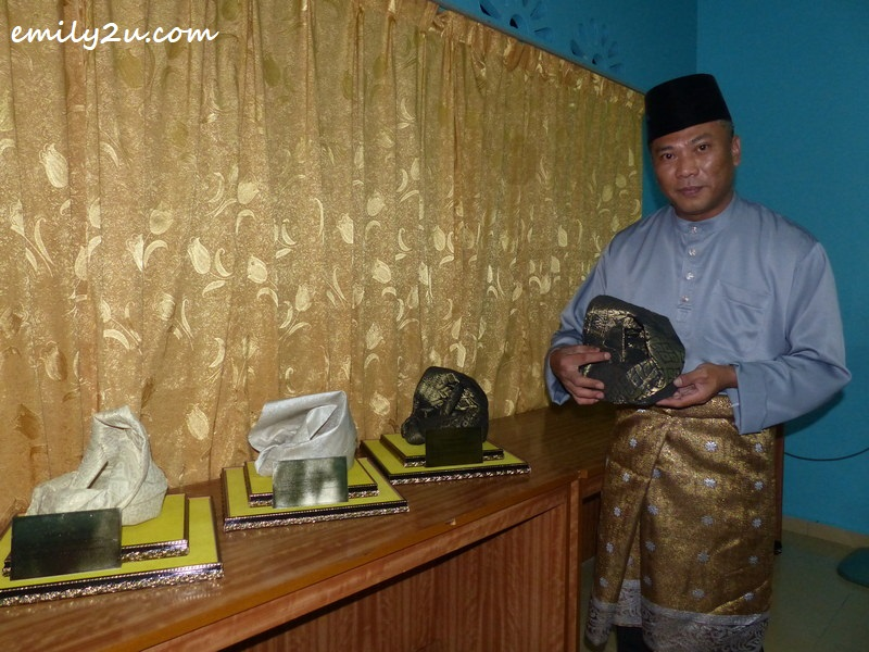 Ku Kashah shows the right way to hold the tengkolok