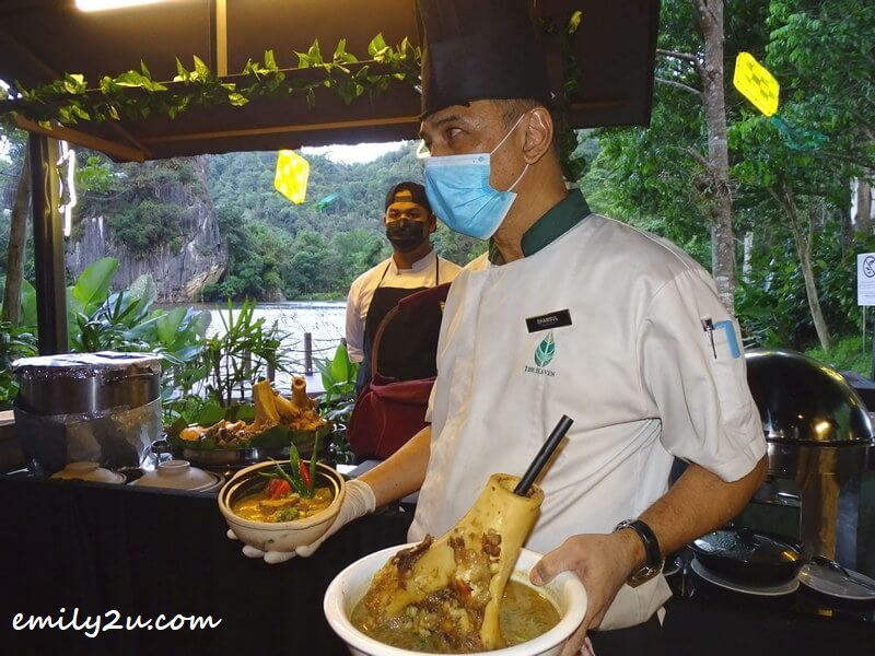 Executive Chef Shamsul intrduces the two main highlights: Sup Gearbox on his left hand and Itik Salai Masak Lemak Cili Padi on his right hand
