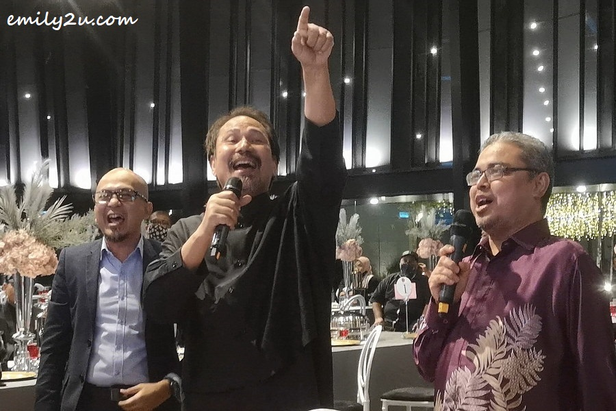 Dato' M. Nasir duets with Ipoh City Mayor Y.Bhg. Dato' Rumaizi bin Baharin (R)