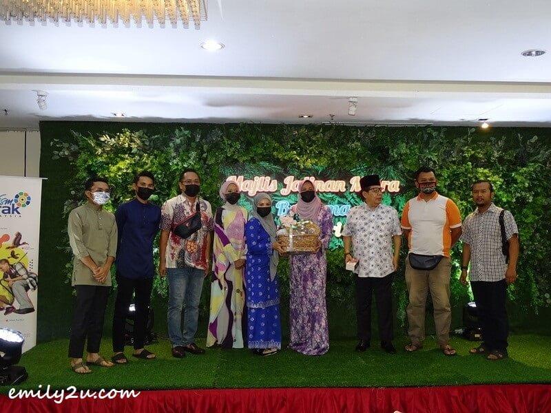 staff of Jabatan Penyiaran Perak receive their gift hamper