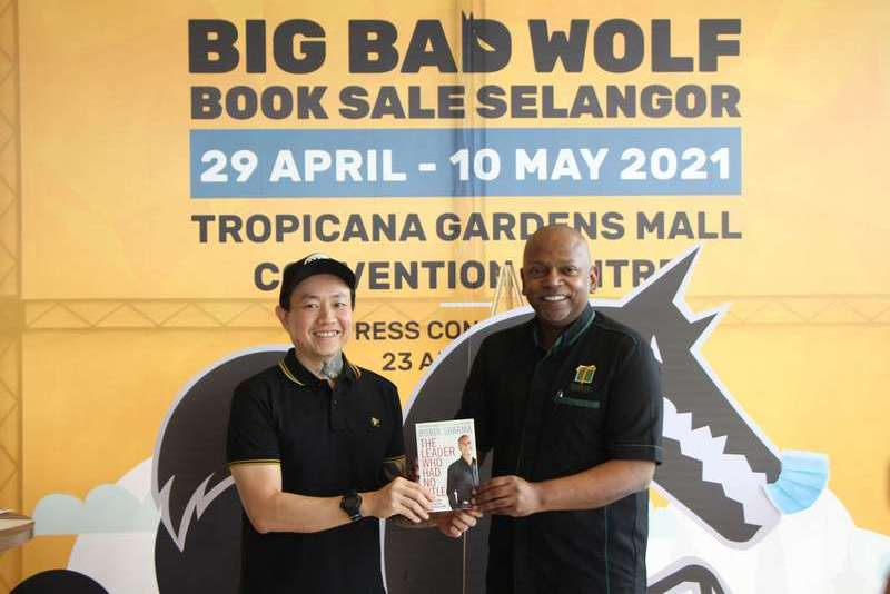 In conjunction with World Book Day today (2nd May), during the BIG BAD WOLF Books Press Conference, Andrew Yap presented a book as a token of appreciation to Andrew Ashvin