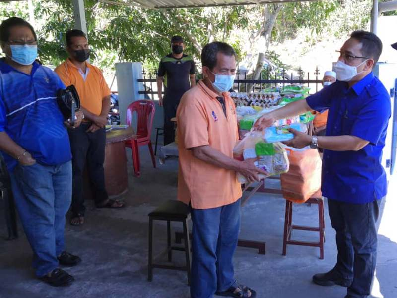 Ipoh City Councillor Clr Dato' Mazlan bin Abd. Rahman distributes care packs